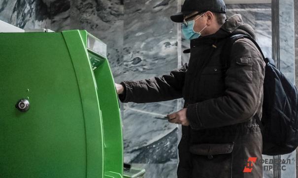 У кассира было больше 10 млн рублей, но завладеть деньгами грабителю не удалось