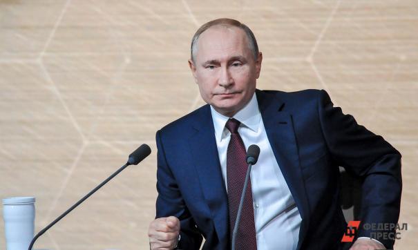 Путин передал загадочную записку ветерану на церемонии открытия памятника во Ржеве