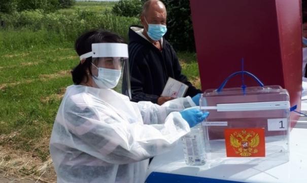 Члены избиркомов надели защитные экраны и маски