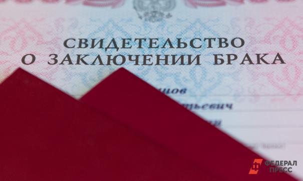 В Югре выплачивают пособия к юбилею совместной жизни