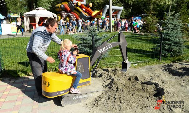 Семьи с тремя детьми получат по 323 250 рублей