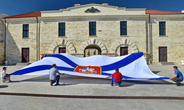 Флаг имеет размеры 10 на 6 метров