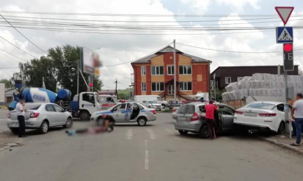 В Томске грузовик наехал на трех пешеходов, один скончался до приезда медиков