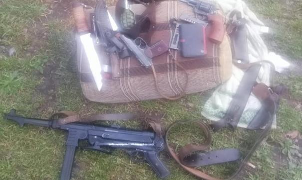 Один из туристов достал предмет внешне похожий на гранату и начал угрожать инспекторам