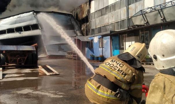 Пожар распространяется с высокой скоростью