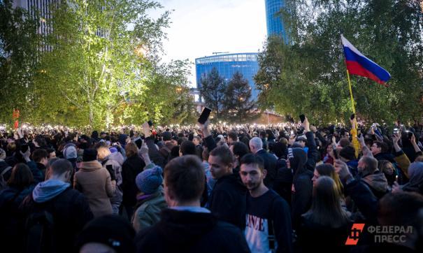 К протестующей толпе чиновникам надо выходить