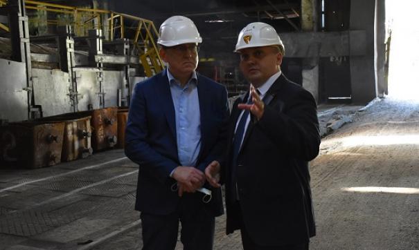 Министр промышленности Павел Рыжий и директор по реконструкции и развитию ООО «ЗМЗ» Андрей Лыска