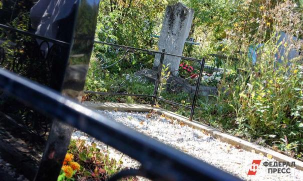 В Краснотурьинске неизвестные раскопали могилу погибшего от коронавируса