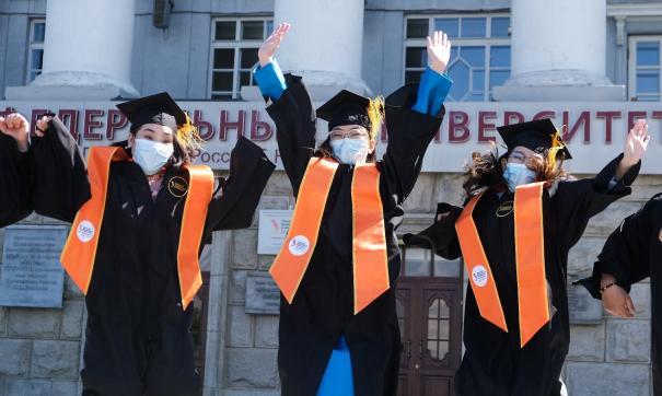 «Все праздники у нас еще впереди». Ректор УрФУ вручил дипломы лучшим выпускникам этого года