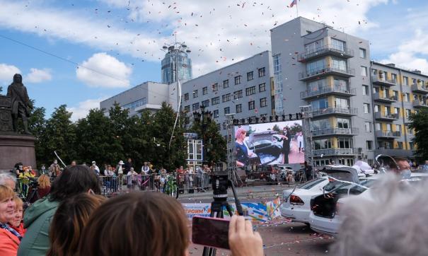 В центре Екатеринбурга прошел розыгрыш квартиры и семи автомобилей