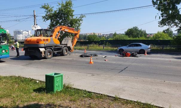 В Екатеринбурге мотоциклист погиб при столкновении с экскаватором