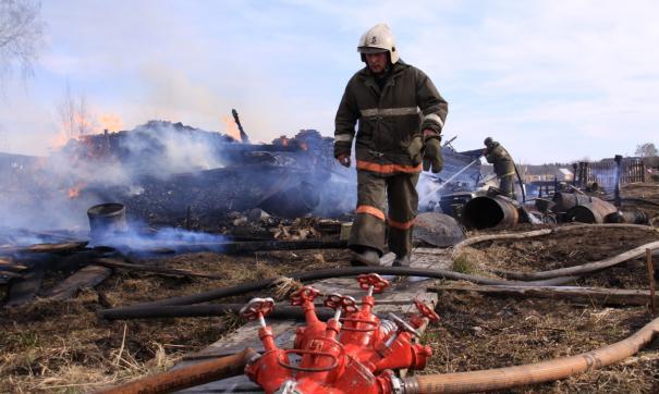 Очевидцы в соцсетях сообщают, что пожар возник из-за загоревшейся травы