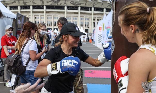 У стенда Федерации бокса РФ проходила тренировка для гостей праздника