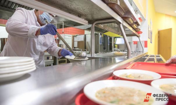 Горячими обедами обеспечат младшеклассников всех школ региона