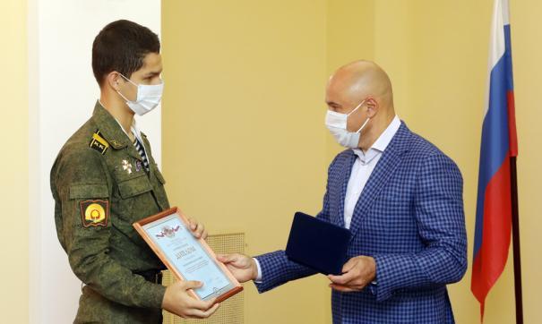 Игорь Артамонов наградил кадета-героя за спасение утопающей
