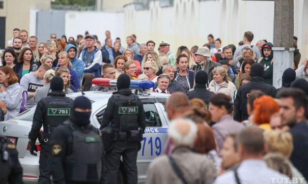 В Киеве неизвестный бросил в здание посольства Белоруссии фейерверк
