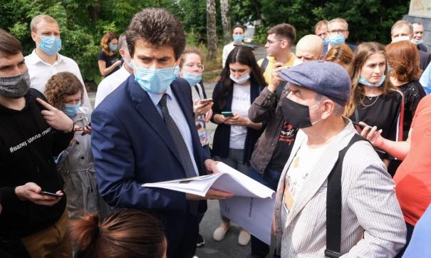 Лидер группы «Чайф» Владимир Шахрин презентовал главе Екатеринбурга проект реконструкции сквера художников