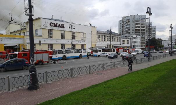 В Екатеринбурге пожарные потушили здание хлебокомбината «Смак»