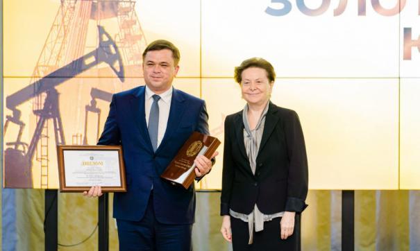 Наталья Комарова вручила Валентину Мамаеву награду за победу предприятия в конкурсе «Черное золото Югры»