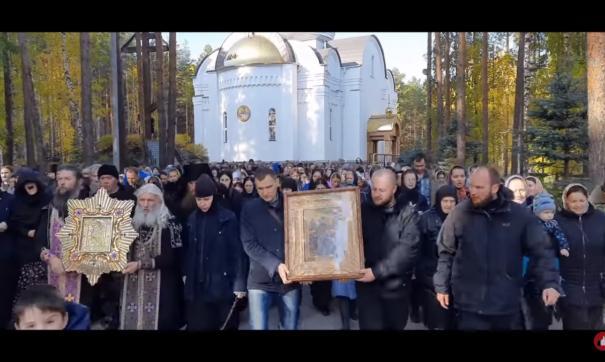 Лишенного сана уральского монаха Сергия отругала матом участница Крестного хода