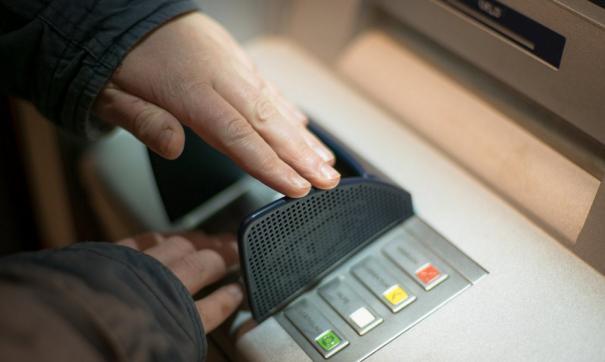 Эксперт советует позвонить по телефону, указанному на банкомате