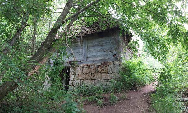 Под бункером находится цепь туннелей соединяющая его с замком