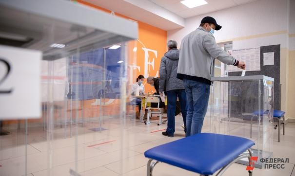 избиратель перед урной