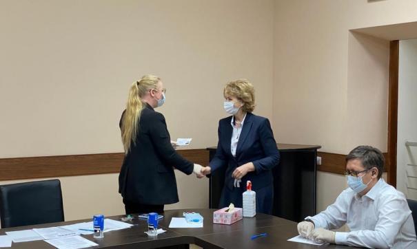 Надежда Гудкова получила удостоверение депутата Заксобрания ЯНАО
