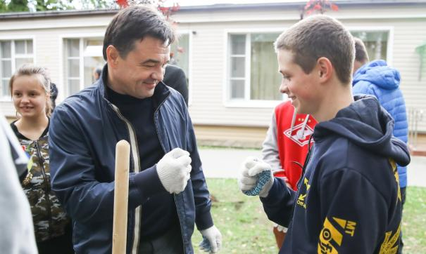 Губернатор и футболист поучаствовали в акции «Наш лес. Посади свое дерево»