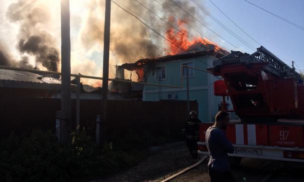 В Екатеринбурге сгорели частная автомойка и шиномонтажка