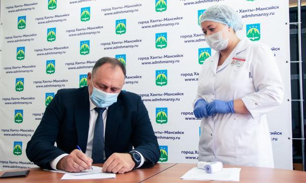 Максим Ряшин и сотрудники администрации Ханты-Мансийска привились от гриппа