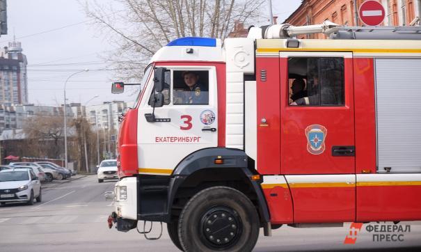 В Екатеринбурге в жилом доме загорелся магазин