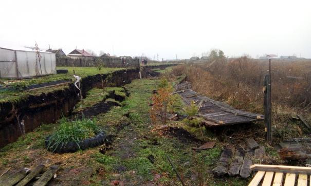Грунтовые воды стали причиной крупного оползня в свердловской деревне