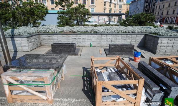 Во Владивостоке наконец убрали гранитные «могильные» лавочки