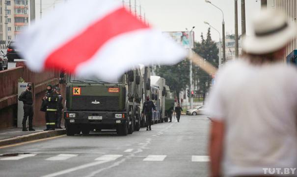 В центр Минска стягивается военная техника