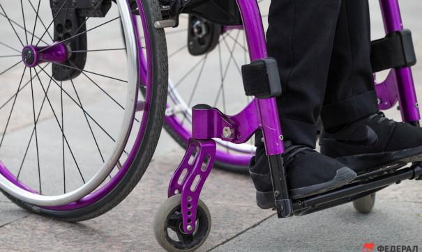 Инвалид-колясочник смог попасть в здание больницы, передвигаясь при помощи рук