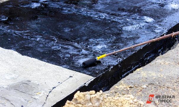 Якутские дорожники укладывают асфальт в снегопад