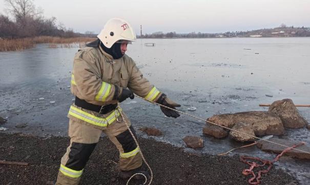 В Бисерти сотрудники МЧС спасли ребенка с тонкого льда