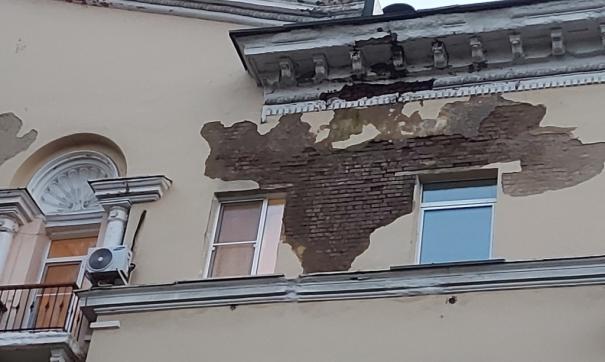 Стена в аварийном доме была мокрой из-за протечки крыши (фото до ремонта)