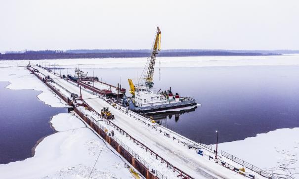 «РН-Юганскнефтегаз» впервые возвел наплавной автомобильный мост через Иртыш