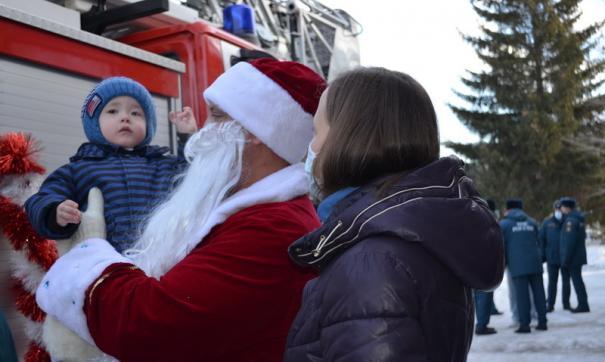 Пожарный Дед Мороз подарил Ване Фокину новогодние подарки