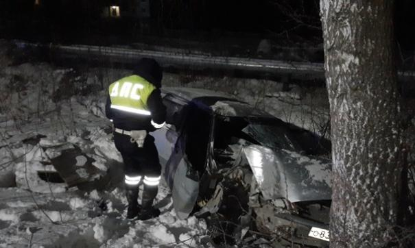 ВАЗ съехал с дороги и на скорости врезался в дерево