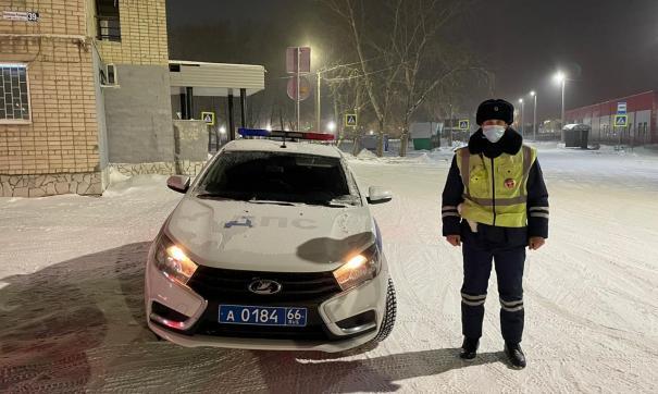 Сотрудники свердловской ДПС спасли на трассе человека