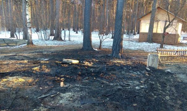 В Екатеринбурге мужчина поджег беседку из-за охапки дров