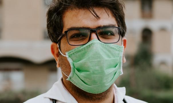 Американские медики призвали носить две маски для защиты от COVID-19