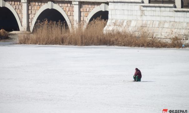 Лед Оби стал опасным для новосибирских рыбаков