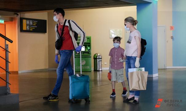 Семья с чемоданами в аэропорту