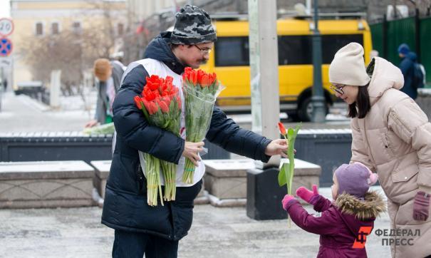 Цветы, ставшие почти обязательным атрибутом, можно купить у оптовиков