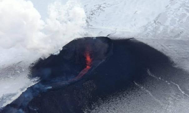 Ученые сняли на камеру извержение на камчатском вулкане
