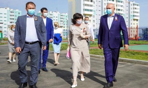 Сергей Цивилев (справа) навестил главу Кемерова Илью Середюка (слева) в больнице